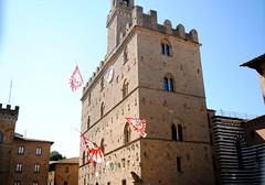 Bandiere e il Palazzo dei Priori (Volterra) - Flags and Palace of Priori (stella.iloveyou) Tags: volterra volterraad1398 rievocazionimedievali rievocazionistoriche historicalreenactment sbandieratori