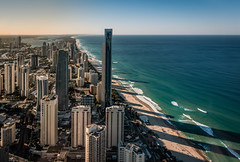 Australia - little Miami (Rafael Zenon Wagner) Tags: ozean schatten nachmittag sonnenlicht wasser wellen surfer strand wolkenkratzer australien nikon d810 ocean shadow afternoon sunlight water waves beach skyscrapers australia blau blue grün green meer welle skyline
