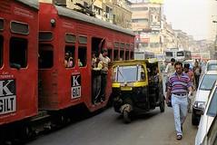 Tram vs. Tuk Tuk, Kolkata (Drehscheibe) Tags: analogica nikonf2 color fuji tram