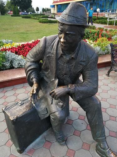 Pomnik podróżnego przed hotelem w Lidzie