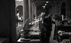 Lille - Décembre 2012 (Maestr!0_0!) Tags: 2012 400iso ilfordhp5 nikonfe décembre lille noir blanc black white rue street people livre book market marché nikon fe ilford
