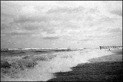 Mar (mavricich) Tags: monocromo monocromático mañana monochrome kodak película playa paisaje argentina agua analógico ricoh telémetro rangefinder mar océano cielo