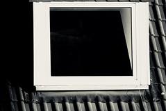 Voyeur (frankdorgathen) Tags: minimalistic minimalism alltag banal mundane sony sonyrx10iii sonyrx10m3 monochrome blackandwhite schwarzweiss schwarzweis ruhrpott ruhrgebiet rüttenscheid essen haus house gebäude building dach roof fenster window