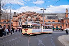 Zwei Bremer Klassiker (trainspotter64) Tags: strasenbahn streetcar stadtbahn tram tramway tranvia tramvaj tramwaje hansawaggon bremen hansestadt bsag werder hansa gt4 hauptbahnhof kurzgelenkwagen