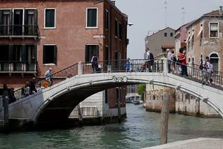 Elégance du pont Santa Margherita sur le rio Ca' Foscari, contrade de San Pantalon, sestiere de Dorsoduro, Venise, Vénétie, Italie.