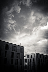20180813-DSC4910 (A/D-Wandler) Tags: architektur bw blackandwhite schwarzweis blackwhite himmel dramaticsky offenbach wolken fassade fenster ziegel gebäude bedeckt