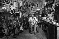 Il Lippa -  Vintage Guitars e Vinyls (carlo tardani) Tags: kohibaba massamarittima grosseto toscana viabdeglialbizeschi56 antiquario bazar rigattiere bw blackandwhitephotos nikond4s maulippamgmailcom