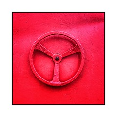 Le volant rouge (Jean-Louis DUMAS) Tags: abstrait abstraction abstract carré square circle volant cercle red rouge