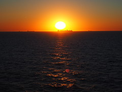 Sonne über dem Wasser (Pico 69) Tags: sonne wasser sonnenuntergang abendstimmung himmel meer see urlaub rotterdam pico69