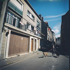 La dame aux deux chiens  🔶 Dieppe - Août 2018 (nassimjaouen) Tags: dieppe lomography dianaf believeinfilm filmisnotdead thefilmcommunity filmshooters filmisalive analogphotography filmphotographer enjoydieppe igersdieppe streetphotography streetlife streetphoto urbanphotography streetphotographer everybodystreet streetperfection streetscenes streetshot streetphotoclub fromstreetswithlove lifeisstreet bestofstreet zonestreet bcncollective streetphotocolor streetphotographycolor streetcolor