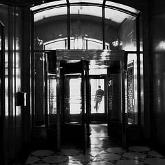 Je t'attends dehors... (woltarise) Tags: vieuxmontréal homme attent rendezvous soleil entrée building lunch montréal ricohgr