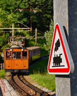 Depuis le col de saint ignace, le petit train de la Rhune gravit 730 mètres de dénivelé grâce sa crémaillère à la vitesse de 8 km/h
