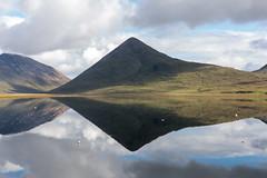 Simmetrie scozzesi (Guido Barberis) Tags: scozia oceano loch lapin riflessi simmetrie specchio paesaggio landscape natura montagna cielo acqua erba verde riflesso isola skye slapin