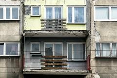 balkon gesloten (roberke) Tags: ramen vensters windows doors deuren gebouw building facade gevel vervallen verwaarloosd renovatie outdoor buiten planten
