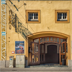 Löwenbräu in München (Janos Kertesz) Tags: löwenbräu beer bier munich münchen bayern bavaria schattenarchitecture door building entrance exterior wooden house old vintage gate doorway antique europe detail facade