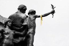 1109 (Herminio.) Tags: 1109 diada cataluña amarillo lazo cadena robert llimona libertad catalunya groc llaç llibertat catalonia yellow loop chain freedom