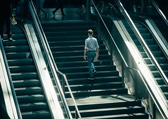 Into the Light (Tom Levold (www.levold.de/photosphere)) Tags: fuji xt2 xf18135mm berlin mainstation hauptbahnhof candid street staircase passersby treppen