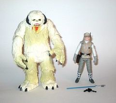 wampa and luke skywalker hoth star wars the last jedi red and white card creature and basic action figure force link 2017 hasbro a (tjparkside) Tags: wampa luke skywalker hoth star wars last jedi 2017 2018 hasbro basic action figure figures creature snow ice planet episode v five 5 tesb esb empire strikes back cave force link 20 green razor sharp fangs claws white fur tauntaun taun tauns lightsaber blaster pistol holster headgear jacket 5poa red card misb from