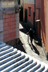 Doppio accesso (meghimeg) Tags: 2018 lavagna scala vicolo alley bicicletta bici bike uomo man sole sun ombra shadow stairs