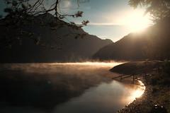 Am frühen Morgen... (Pe Wi) Tags: nebel gegenlicht soliebeichdensee natur unbeschreiblichschön licht liebe trentino see berge outdoor september lago di ledro berg himmel wasser sonnenaufgang stille strand unberührtheit
