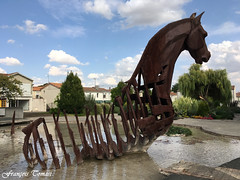 Le cheval d'Aytré (François Tomasi) Tags: cheval sculpture françoistomasi bronze aytré charentemaritime sudouest patrimoinedefrance tomasiphotography justedutalent france europe french yahoo google flickr horse art artistique villedaytré photo photographie photography photoshop artiste lights light lumière colors color couleurs couleur iso filtre digital numérique pointdevue pointofview pov septembre 2018 animal