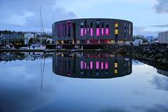 kurz vor 2:00 Uhr in Akureyri (ploh1) Tags: island akureyri hofkulturzentrum spiegelung reflexion fjord klarkühl kalt insel schnee berge landschaft natur stadt innenstadt binnenhafen blau blauestunde boote