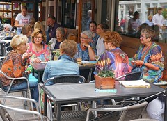 Sweet sixty (Roel Wijnants) Tags: ccbync roelwijnants roelwijnantsfotografie roel1943 clubje vriendinnen sweetsixty 60 dagjeweg dagjeuit straatmode streetfashion kleding vrolijk kleurig terras ouderen plezier