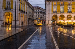 Praça do Comércio 611 (_Rjc9666_) Tags: arquitectura colors electrico night nightshot nikond5100 portugal rain street tamron2470f28 tourisme tramway travel urbanphotography viagem voyage water tourism ©ruijorge9666 2231 611