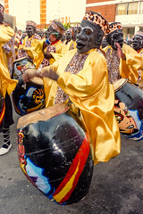 2010-02-06 Desfile de Llamadas en Montevideo (25) - Desfile de Llamadas (Parade der Rufe), Karnevalsumzug in Montevideo, Uruguay (mike.bulter) Tags: candombe karneval carnival umzug parade karnevalsumzug desfiledellamadas drum man mann menschen montevideo music musik people southamerica suedamerika trommel uruguay barriosur ury carnaval