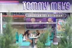 Tesoro: neón (AriCatalán) Tags: chatting neon juegolvm escueladejackie hamburguesería restaurante cristal glass