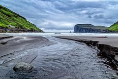 (Femme Peintre) Tags: rot färöer landschaft meer bucht ebbe wolken himmel wasser stein outdoor