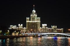 Sur la Moscova (RarOiseau) Tags: russie moscou pont gratteciel nuit ville architecture saariysqualitypictures lamoskova v1500
