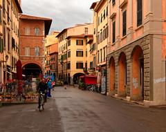 Pisa / Corso Italia / Rainy day (Pantchoa) Tags: pise italie rue corso italia arcades terrasse nuages pluie cycliste vélo maisons façades ciel nuageux photoderue toscane