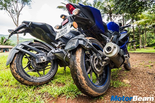 Yamaha R15 V3 vs Bajaj Pulsar RS 200 - Shootout | MotorBeam