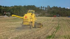 Harvesting oat after  the summer of 2018 drought 6 (aka CJ) Tags: newholland clayson1530 harvester gåseberg lysekil summer 2018 drought oat harvest field blue sky forest landscape machine farming farm