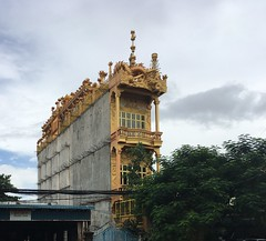 Cambodia, Phnom Penh (Die Welt, wie ich sie vorfand) Tags: កម្ពុជា kingdomofcambodia building ភ្នំពេញ phnompenh gold architecture house cambodia