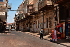 Jerusalem / Shivtei Israël Street / Orthodox Jewish District (Pantchoa) Tags: jérusalem israël quartierjuiforthodoxe rue photoderue diable livraison balcons ciel route maisons façades morasha palestine moyenorient procheorient compositionenz