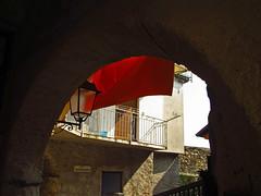 Vicolo ventunesimo. XXI (frank28883) Tags: bracchio mergozzo lagomergozzo vicolo narrowstreet lampione ringhiera lenzuolo arco