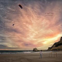 (394/18) Vuela alto (Pablo Arias) Tags: pabloarias photoshop ps capturendx españa photomatix nubes cielo playa arena cometa gente agua mar mediterráneo puestadesol lacala finestrat benidorm alicante