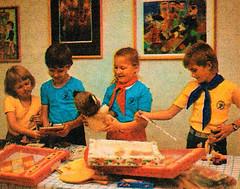 Thälmannpioniere,Jungpioniere,DDR Kinder,DDR Schüler,Freie-Deutsche-Jugend,DDR Pioniere (SchlangenTiger) Tags: karlmarxstadt chemnitz sachsen viiipioniertreffen 1988 thälmannpioniere jungpioniere freiedeutschejugend jungepioniere pioniere kinder jugend schule schüler gdr pos gst fdj ddr