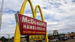 McDonald's (Middletown, Connecticut) (jjbers) Tags: connecticut july 6 2018 middletown mcdonalds fast food retro sign road