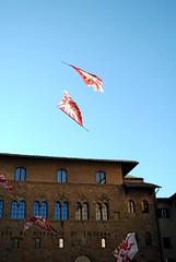 Bandiere volanti (Volterra) - Flying flags (stella.iloveyou) Tags: volterra volterraad1398 historicalreenactment rievocazionimedievali rievocazionistoriche sbandieratori