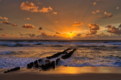 Sonnenuntergang in Westerland (Sylt) / Sunset at Westerland (Sylt) (chrisar676) Tags: canoneos5dmarkiii buhnen beach westerland wetter strand sonne sonnenuntergang sylt canon hdr eos aurorahdr2018 wolken canonef35f2isusm highdynamicrange wolke cloud clouds sun sunset weather