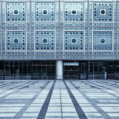 Institut du monde arabe (erichudson78) Tags: france iledefrance paris5ème institutdumondearabe architecture canoneos5d canonef24105mmf4lisusm linesymmetry symétrie symmetry lines lignes square carré urbanlandscape paysageurbain bleu blue