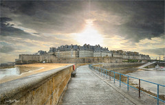 Le fort de Saint-Malo (Jean-Michel Priaux) Tags: medieval saintmalo bretagne village city port manche jetty jetée pier line road hdr priaux way pathway paint painting protection digue sea seawall patrimoine patrimony