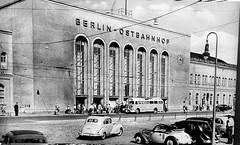 Historische Wandbilder im Berliner Ostbahnhof. Die Bilder befinden sich auf den Bahnsteigen und der Empfangshalle -Ost-Berlin - Ostbahnhof um 1950 (Detlef Wieczorek) Tags: historisch wandbilder berlin ostbahnhof ostberlin 1950