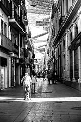 Calle Sierpes, Sevilla (ameliapardo) Tags: fotografiaurbana callesierpes sevilla andalucía españa blancoynegro personas sol fujixt1