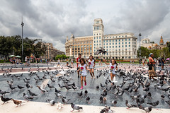 Los Cuatro Jinetes del Apocalipsis (noldor12) Tags: plazacataluña barcelona palomas pájaros niños bandada cataluña spain canoneos6d canonef1635f4lisusm