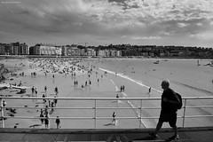 Pasarela sobre la playa - The walkway on the beach (ricardocarmonafdez) Tags: donostia sansebastian laconcha playa beach people cityscape streetphotography sunlight contrast walkway shore coastline cielo sky nubes clouds monocromo monochrome blackandwhite bn nikon d850 24120f4gvr