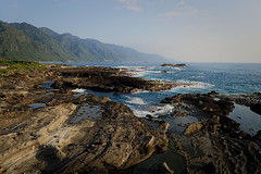 La matin à Shihtiping (7) (8pl) Tags: mer océan paysage paysagemarin côte baie taïwan shihtiping montagnes ciel eau plage pierre roche rochers remous agitation brume 石梯坪
